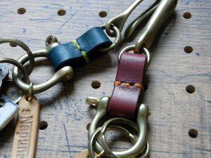 真鍮シャックルキーホルダー商品画像009:右は赤のバンド、左は青のバンドです。