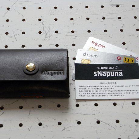 キャッシュレス財布(ボタン仕様)商品画像001:カードの大きさと比較しました。