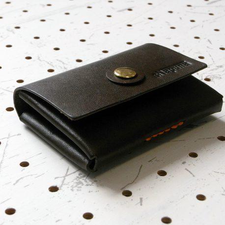 キャッシュレス財布(ボタン仕様)商品画像004:側面から見ると名刺入れ?と思うような財布です。