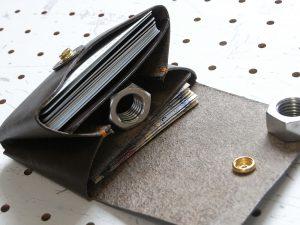 キャッシュレス財布(ボタン仕様)商品画像007:3つに仕切られています。画像上からカード入れ、小銭入れ、札入れです。