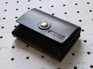 キャッシュレス財布(ボタン仕様)商品画像008:カード10枚とお札8枚+カード2枚+小銭を収納して閉じました。