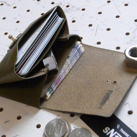 キャッシュレス財布(ギボシ留め)商品画像006:収納は画像上から、カード、小銭、お札と領収書の3か所です