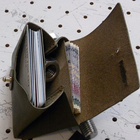 キャッシュレス財布(ギボシ留め)商品画像007:仕切りは縫い合わせていないので、カードやお札の取り出しがしやすくなっています