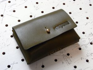 キャッシュレス財布(ギボシ留め)商品画像008:カード10枚とお札、小銭を入れて閉じるとこんな感じです
