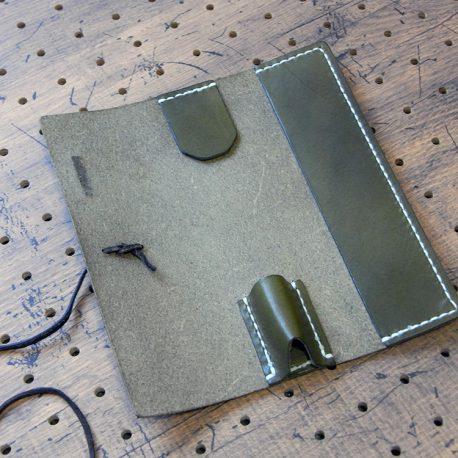 プルームテックプラスケース(Lサイズ)商品画像003:開くと本体収納が真ん中に、右にタバコカプセル収納があります