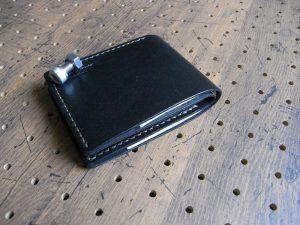 シンプルウォレット(札カード入れ)商品画像009:小銭入れが無いので収納後でも薄さがあり、ポケットに入れやすい