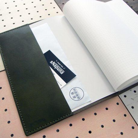 B5ノートカバー(セミB5・6号)商品画像007:左の差し込みポケットにはメモ等が収納できます。画像では長三封筒を収納しています。