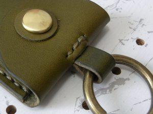 お守りケース003 商品画像009:結構太めの金具が取り付けられます。※商品は本体のみです。金具は付属しません。