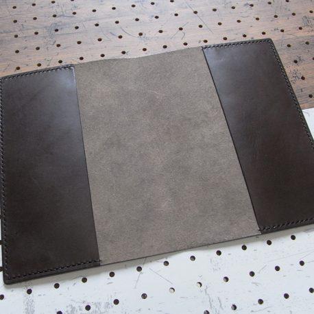 A5ノートカバー商品画像003:展開するとこんな感じです。シンプルな作りになっています。
