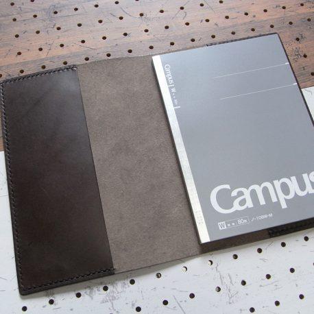 A5ノートカバー商品画像005:A5のノートを合わせるとこんな感じです。厚さは15mmまで対応しています。