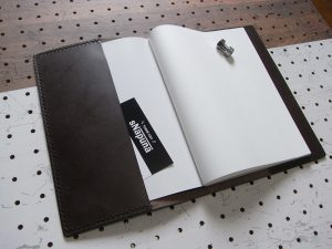 A5ノートカバー商品画像006:表紙、裏表紙の差し込みポケットは名刺なども入れられて便利です。