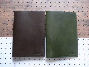 A5ノートカバー商品画像010:左がダークブラウン、右がモスグリーンです。この他ブラックのあります。