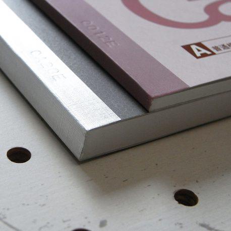 A5ノートカバー商品画像016:30枚仕様のノートと80枚仕様のノートの厚さ比較です。両方に対応していまが、薄いノートは少し余裕(遊び)があります。