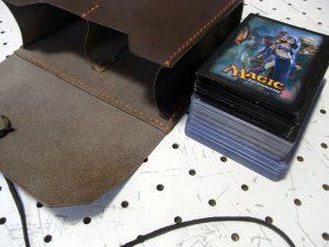 デッキケースXL(ローダー対応&50mm厚収納対応)商品画像006:ローダー20枚と1枚スリーブ30枚(合わせて厚さ5センチ)を楽々片側に収納の出来ます
