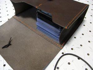 デッキケースXL(ローダー対応&50mm厚収納対応)商品画像007:ローダー20枚と1枚スリーブ30枚(合わせて厚さ5センチ)を楽々片側に収納の出来ます