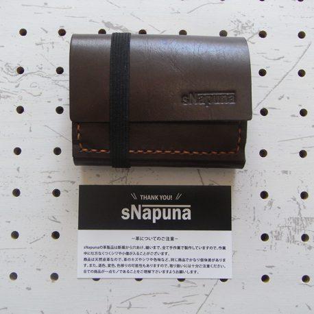 ミニマムウォレット002(ゴムバンド)商品画像001:ショップカードと並べてみました。