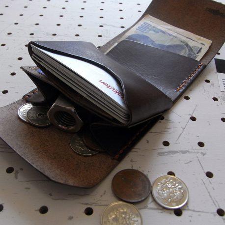 ミニマムウォレット002(ゴムバンド)商品画像008:札とカード、小銭を収納した画像です