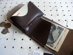 ミニマムウォレット002(ゴムバンド)商品画像009:厚さを減らす為、小銭入れにはボタンを無くし、巻き込む形で畳みます