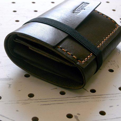 ミニマムウォレット002(ゴムバンド)商品画像012:収納後にゴムで留めます。少しふっくらしますがボタンがないので、厚みが最小限です。