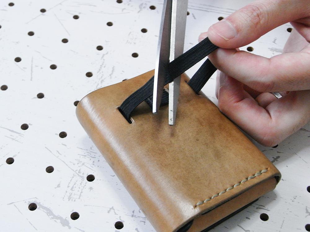 リペア画像02:古くなった平ゴムを切って抜きます