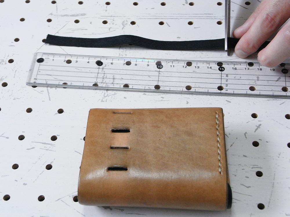 リペア画像04:新しい平ゴムを真っすぐにカット