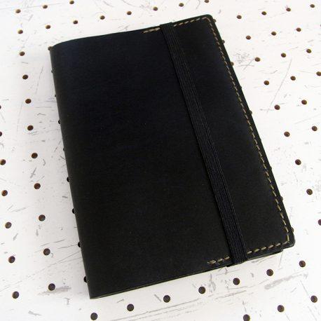 四六判ブックカバー(188×128mm※フリーサイズ)商品画像001:ゴムバンドで留めることができる仕様が特徴です