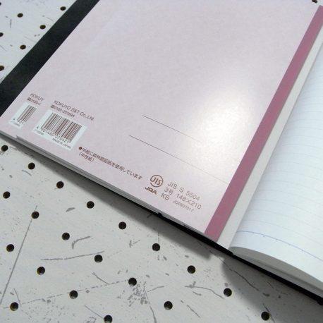 A5シンプルノートカバー商品画像007:わかりにくいですが、3冊のノートを重ねています(若干はみ出ますが4冊まで収納できます)