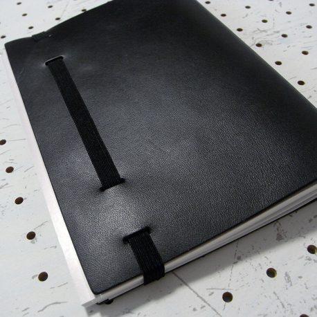 A5シンプルノートカバー商品画像011:3冊収納時の閉じたときの写真です。